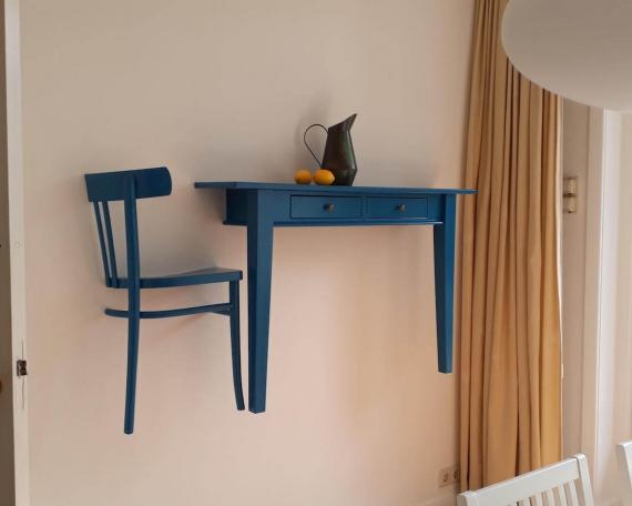 Tafel en stoel in muur